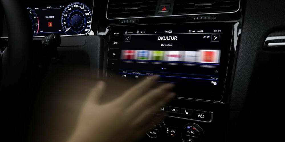 """FIN GEST: Øverst i midtkonsollet finnes nå en 9,2-toms skjerm med """"gesture controll"""". Den reagerer på armbevegelser slik at du slipper å strekke deg fram og berøre skjermen."""