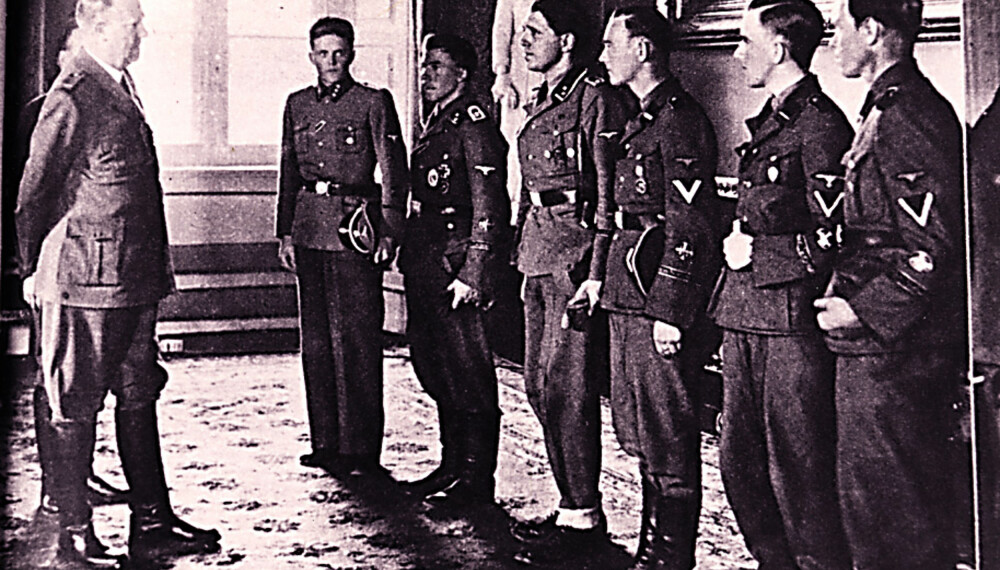 Landssvikeren over alle, Vidkun Quisling, sammen med seks norske frontkjempere, deriblant Sophus Kahrs.