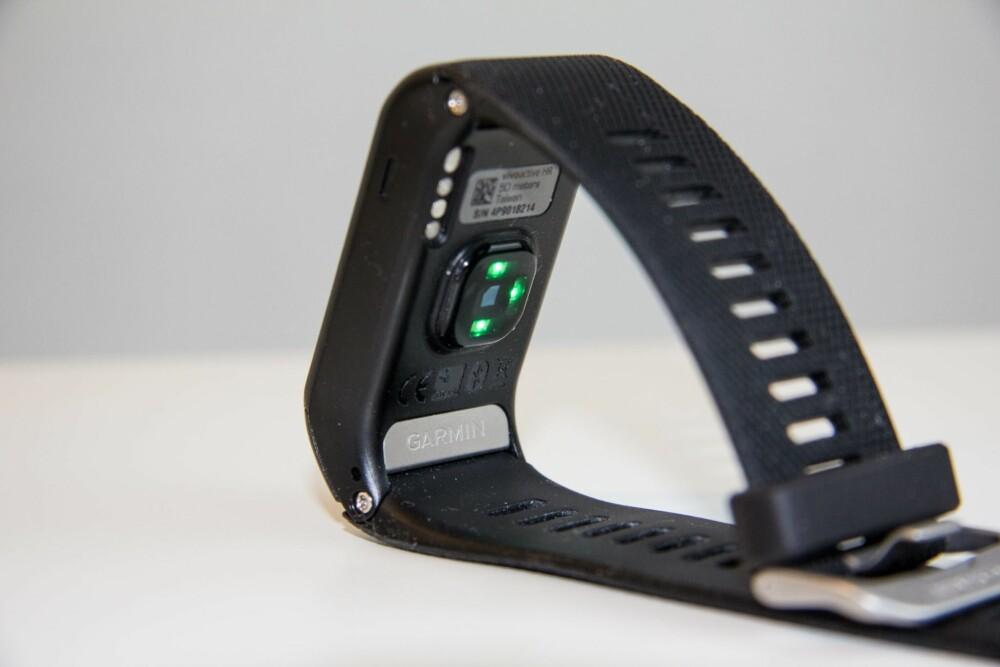 KOMFORT: Garmin Vivoactive HR har en klassisk klokkerem og -spenne. Det fungerer godt og komforten på klokka er god.
