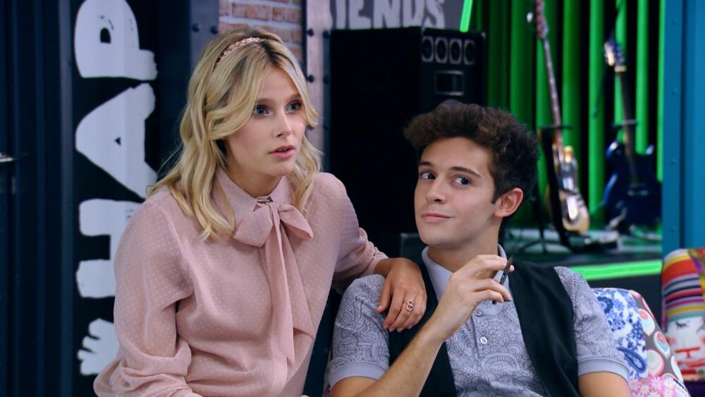"""I serien spiller Ruggero """"Matteo"""", som er kjæresten til Amber (til venstre på bildet)."""