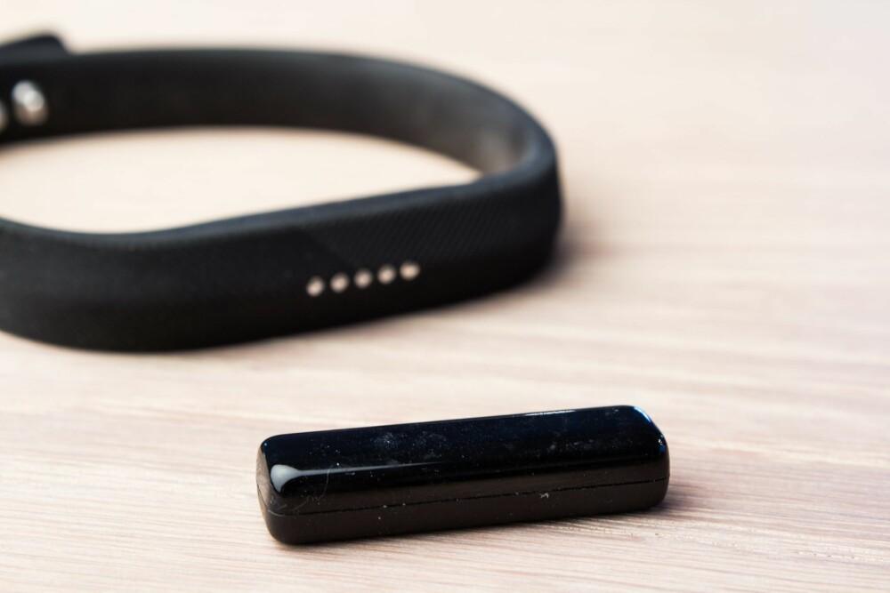 BIT: Fitbit Flex 2 har en lite bit, selve aktivitetsmåleren, som enkelt kan tas ut av armbåndet for lading eller for å bytte armbånd.