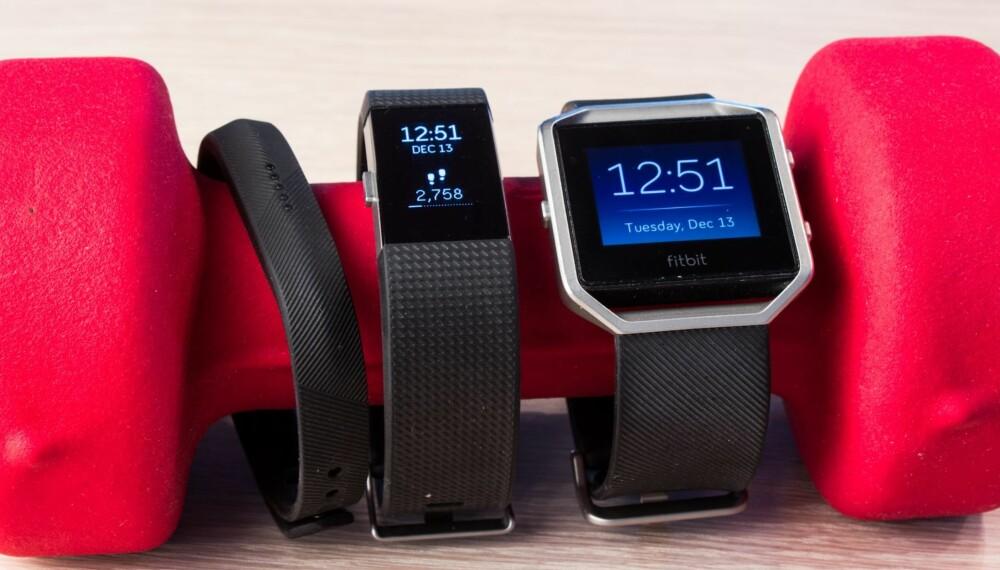 TRE BRØDRE: Tre versjoner Fitbit. Fra venstre; Flex 2, Charge 2 og Blaze.