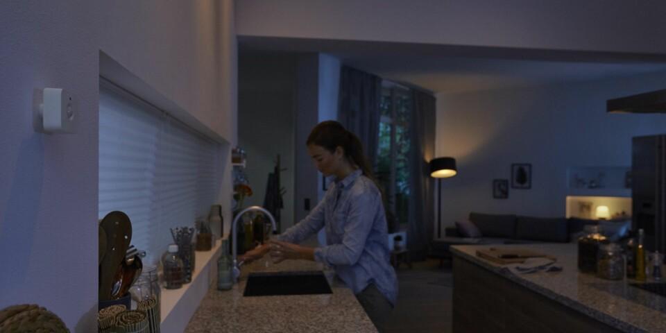 DISKRET: Philips Hue Motion Sensor (til venstre i bildet) er ledningsfri og kan enkelt plasseres der du ønsker å bruke den.