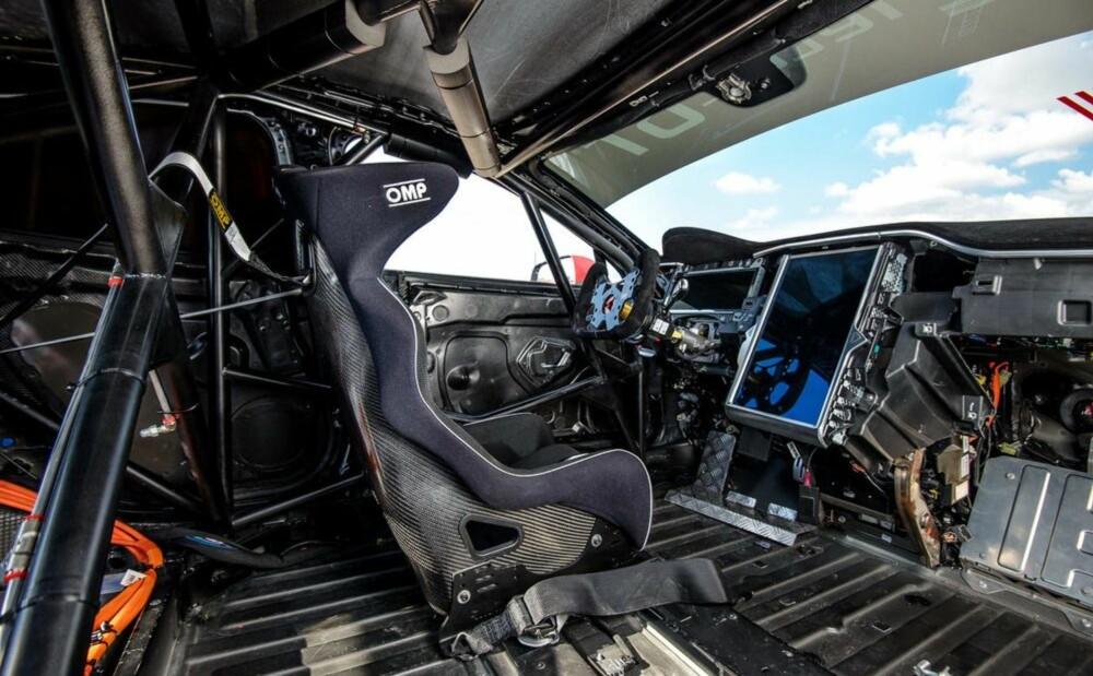 LITE EKSTRA: Etter den omfattende slankeprosessen ser racebilen slik ut innvendig. Legg merke til velteburet, den heftige bøttestolen og fempunktsselene.