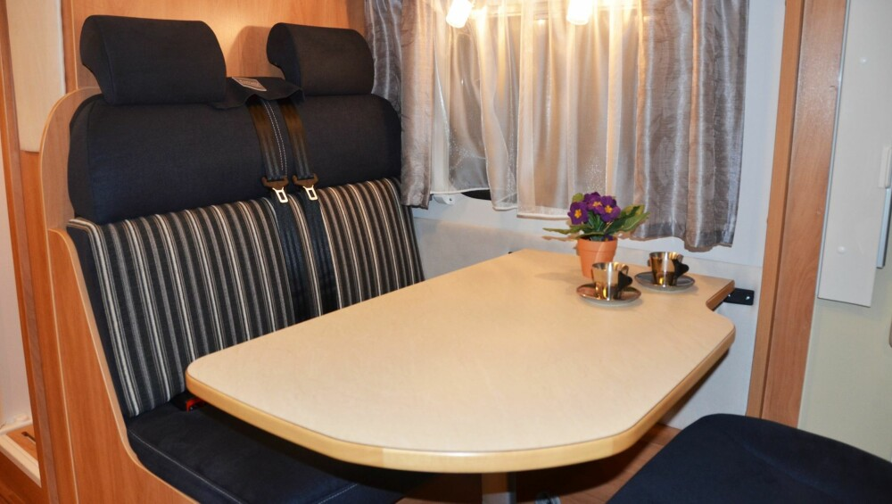 MIDDELMÅDIG KOMFORT: De justerbare nakkestøttene hjelper på komforten i sofaen, men pilotstolene er uansett best å sitte i.