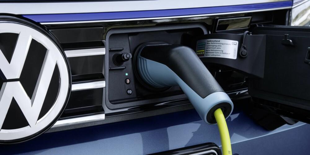 PLUGG-INN: Ladepunktet til VW Passat GTE er i grillen, bak ei lealaus plastluke.