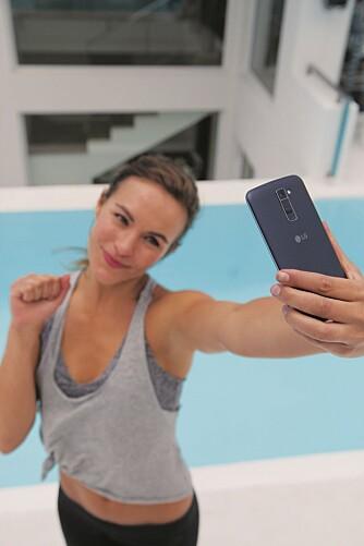 SELFIE: LG K-serien får en egen selfie-funksjon hvor du kan ta bilde bare ved å åpne og knyte hånden.