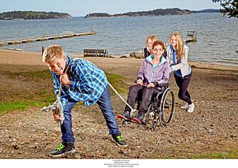 HOLDER SAMMEN: Marie (61) var aktiv mor med jobb og trening. I dag sitter hun i rullestol og er pleietrengende. - Familien min tar meg med og behandler meg som den jeg er, forteller Marie til Norsk Ukeblad. Her er hun sammen med barnebarna Jonatan (12), Camilla (15) og Sandra (17).