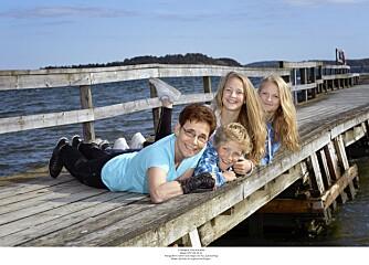 UT MOT HAVET: Marie er fortsatt mamma, mormor og bestemor, bare med en kropp som har problemer. Her er hun med barnebarna Jonatan (12), Camilla (15) og Sandra (17).