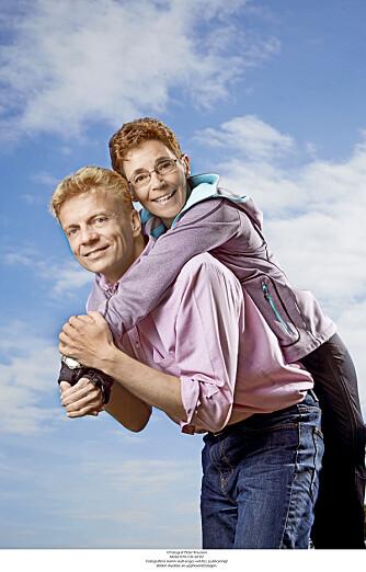 MOR OG SØNN: Maries sønn, Mats (41) er sterk og 1.90 cm lang. De har en spesiell teknikk, der Mats tar morens armer rundt nakken sin. – Så henger jeg der som en potetsekk, sier Marie og smiler.