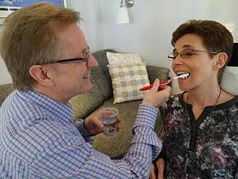 FINPUSS: Marie trenger hjelp til å pusse tenner og alle daglige gjøremål. Ektemannen trår til.