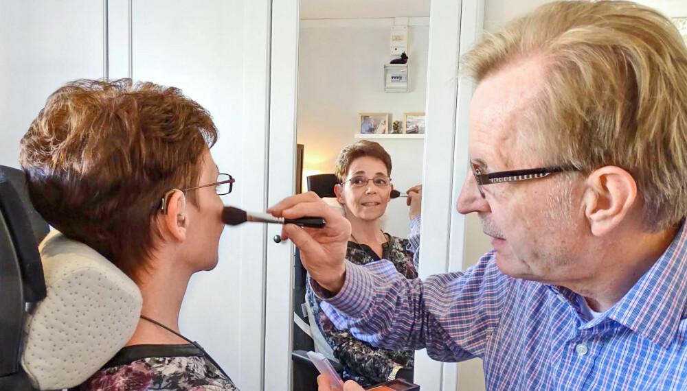LETT PÅ HÅNDEN: Sven Erik har tatt på seg jobben med å sminke kona Marie, som lider av en sjelden muskel- og nervesykdom.