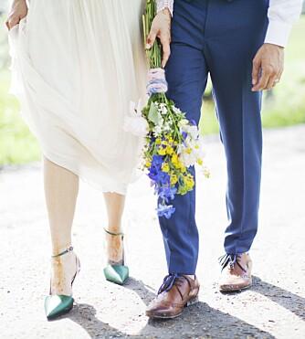 DRØMMESKO FRA DIOR: Gøy med sko som overrasker! Disse fra Dior med rosa plastikk-detaljer, grønn silke og hvite, tykke skolisser i sidene var en uventet detalj under en enkel kjole.