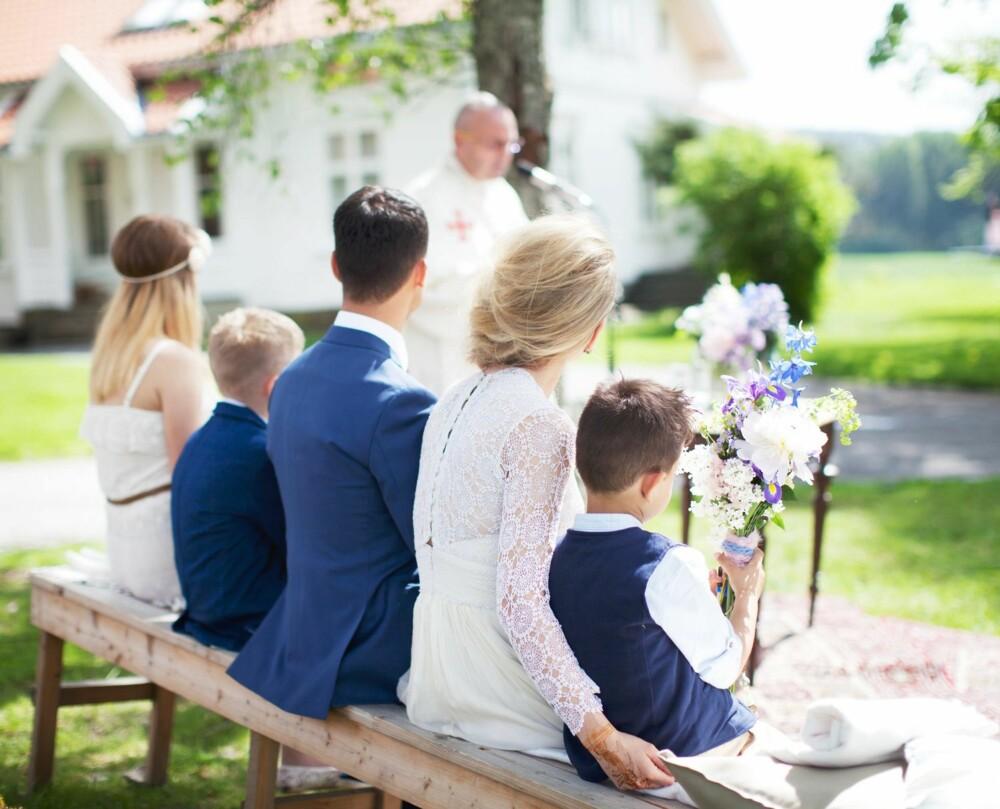 ALLE SAMLET: Vi valgte en lang benk, slik at vi kunne sitte sammen med barna våre. Forlovere satt på første rad, sammen med foreldre og besteforeldre.