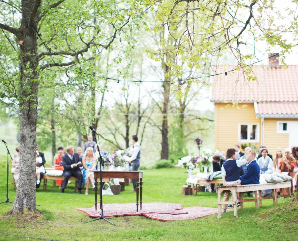 KLART TIL VIELSE: Både gjester og brudepar satt på enkle benker, dekorert med pledd og puter fra Ikea.