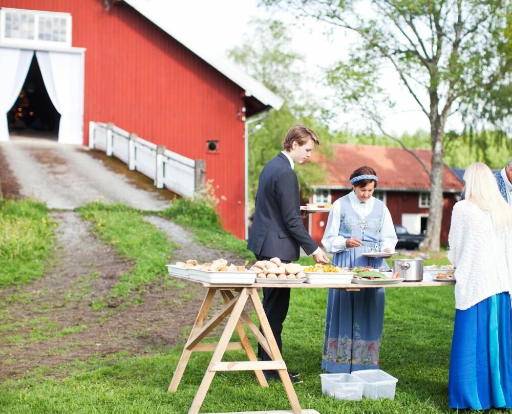 GRILLMAT: Maten ble servert på bord utenfor låven, rett fra kokkene som stod ved grillen.