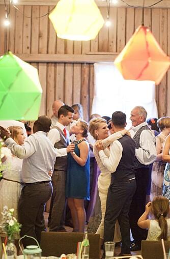 ALLE I DANS: Det var ingen brudevals, men alle ble invitert opp på dansegulvet for første dans.