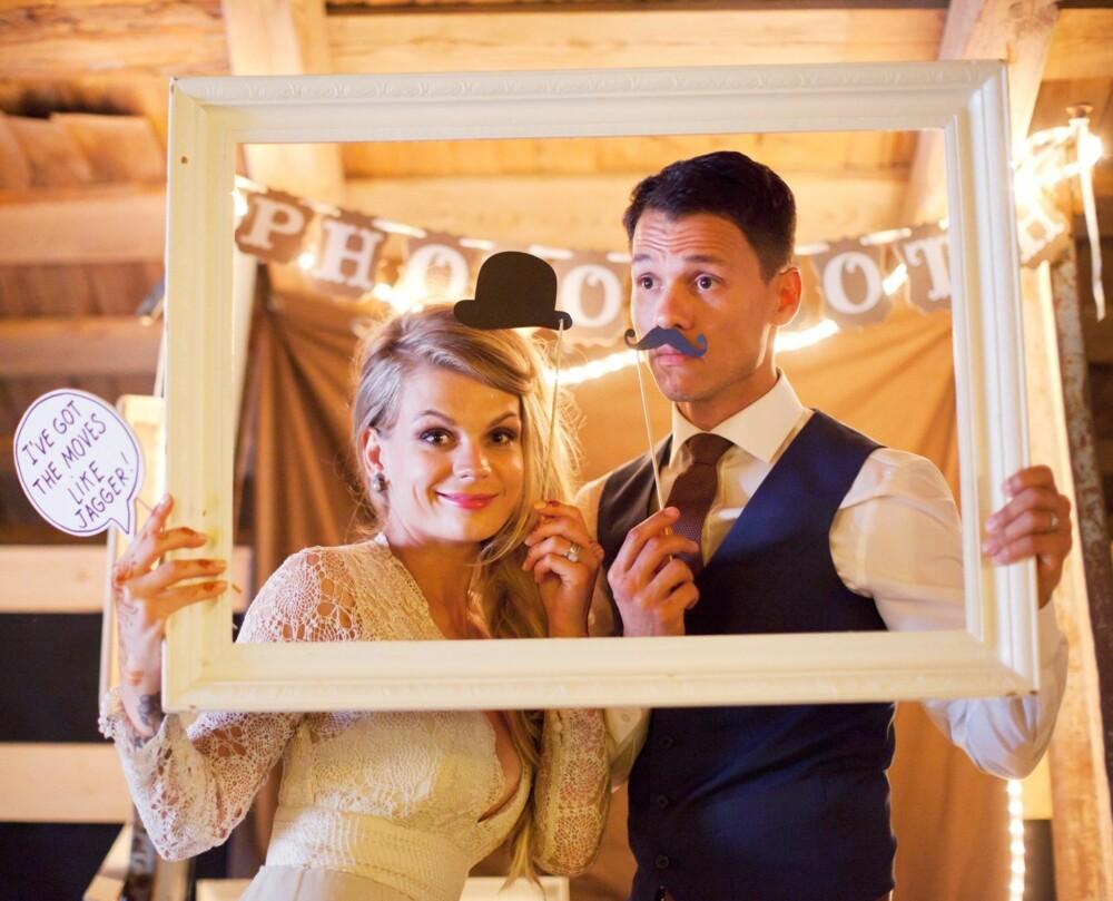 PHOTOBOOTH: Hjemmelaget photobooth med enkle props er super underholdning.