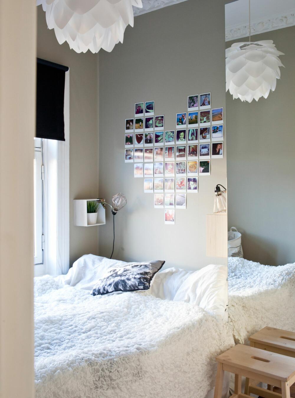 KOSELIG SOVEROM: Polaroidbilder med fine minner er hengt opp i hjerteform over senga! Lampa er Vita Silvia.