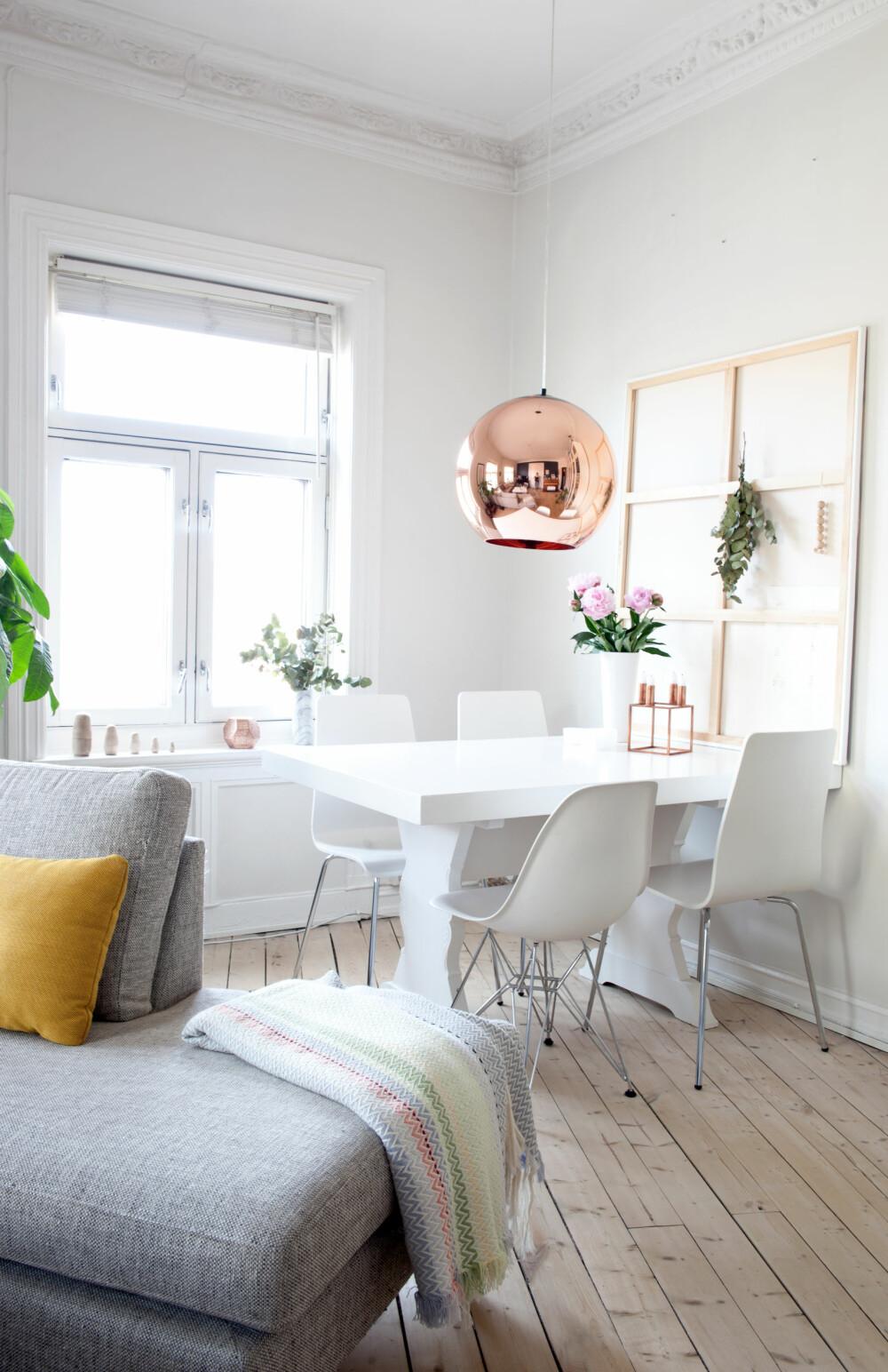 KREATIVT: Noen ganger trenger det store bildet over spisebordet å hvile litt, og da er det genialt å bare snu det rundt og bruke baksiden som en slags ramme.