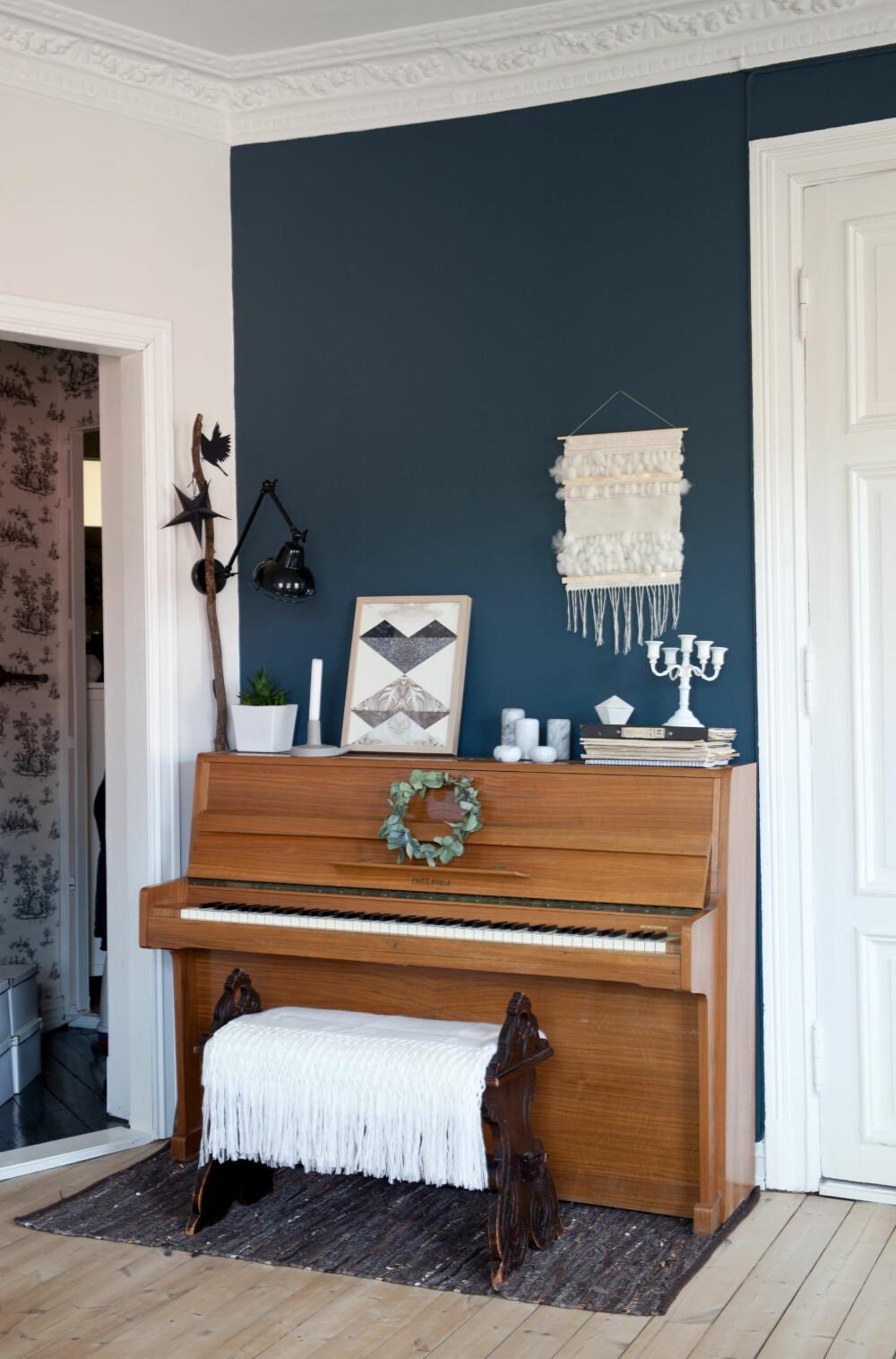 VINTAGE: Pianoet har Ann Merete arvet fra besteforeldrene sine, og det vevde teppet over pianoet er fra Weavemeaway.no. Den lille gangen mellom stua og entréen brukes til garderobe og oppbevaring.