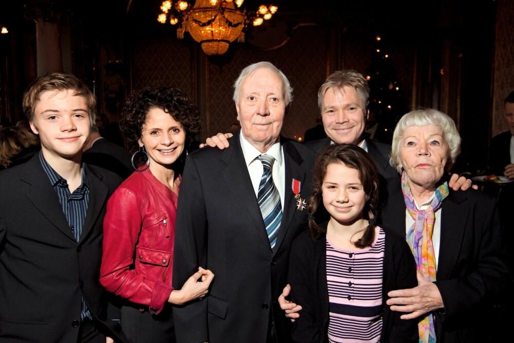HEDRET: Per Theodor Haugen ble hedret med St. Olavs Orden i 2010. Kim og hans mor Sissel Sellæg, kona Nadia Hasnaoui, datteren Fanny og sønnen Adrian var selvfølgelig på plass.