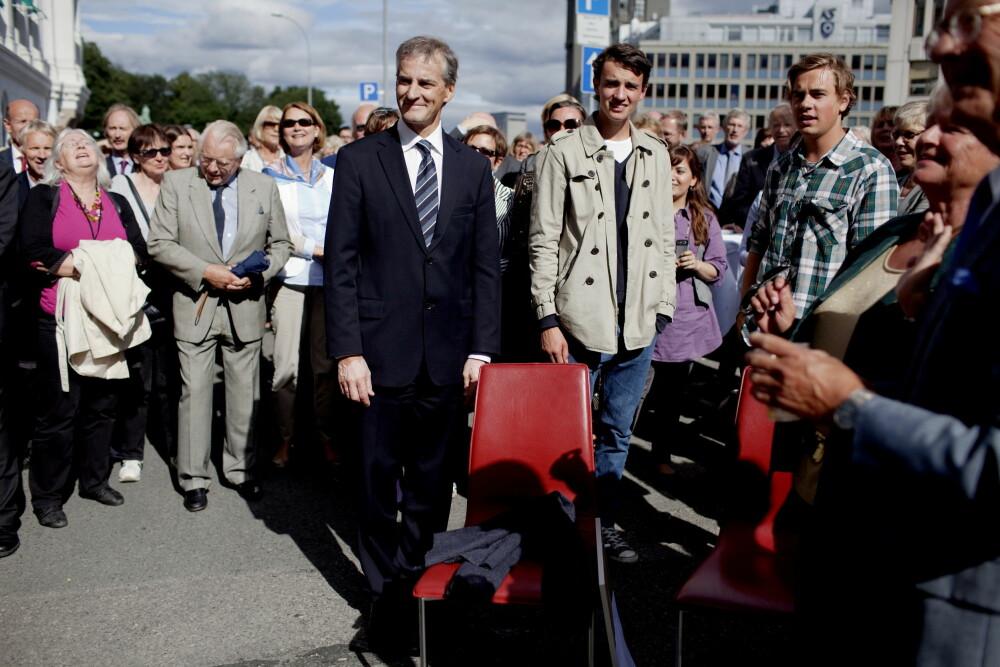 GUTTA BOYS: Jonas Gahr Støre med to av sine tre sønner Vetle og Magnus. Her sammen med Gro Harlem Brundtland da Jonas ble hedret med pølsefest på 50-årsdagen av kollegene i UD i 2010.