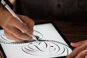 BLYANT: Apple har laget sin egen stylus til iPad Pro. Den har fått navnet Apple Pencil.