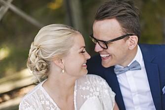NYGIFT OG GLADE: Et veldig takknemlig og glad nygift par gleder seg til festen kan begynne.