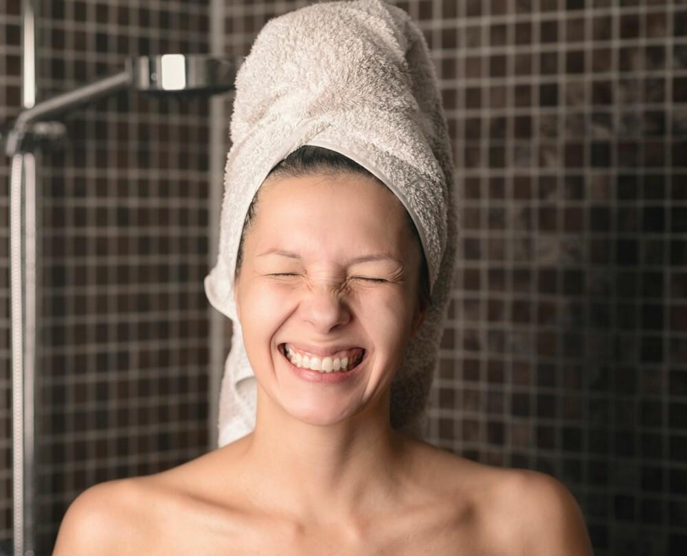 SPARER TID: Ved å pakke håret inn i et håndkle etter du har dusjet, vil håret tørke fortere enn å føne det fra det er klissvått til helt tørt.