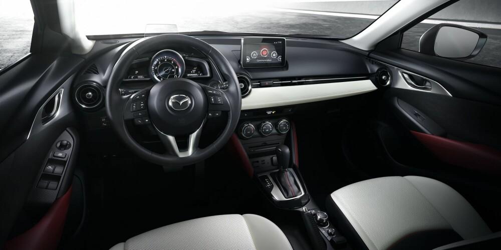LETT Å TRIVES: Førermiljøet i CX-3 drar vi kjensel på fra merkets øvrige modeller, med en stor midtplassert turteller i instrumentklusteret, et sporty ratt og et dashbord som er bygget rundt deg som fører.