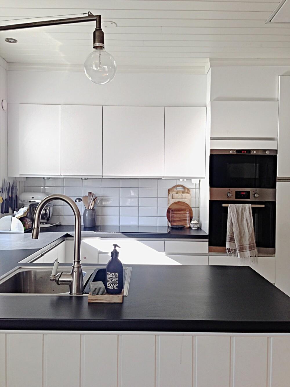 STILRENT: Katarina trives best med nøytrale farger rundt seg, og kjøkkenet er intet untak.