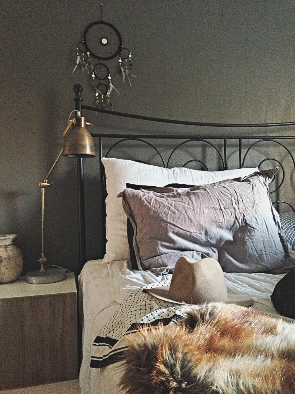 VARME FARGER: Skaper en lun og god stemning på soverommmet.