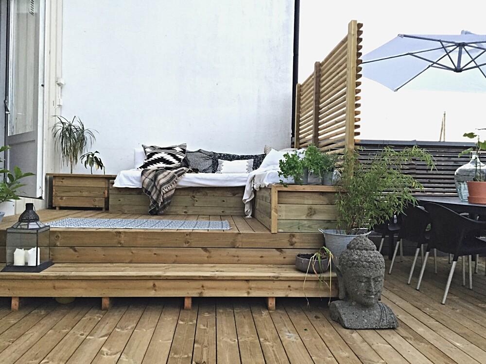 UTEHYGGE: Katarina og familien har en stor veranda som interiørelskeren har innredet med en stor daybed.