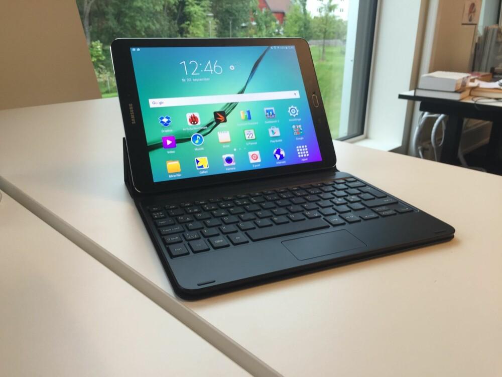 PRODUKTIV: Et nytt tastaturomslag til Galaxy Tab S2 kommer snart i salg. Det har et fullt nordisk tastatur og en touchbasert styreplate - akkurat som på en bærbar PC. Tastaturmappen har vi ennå ikke rukket å teste ordentlig.