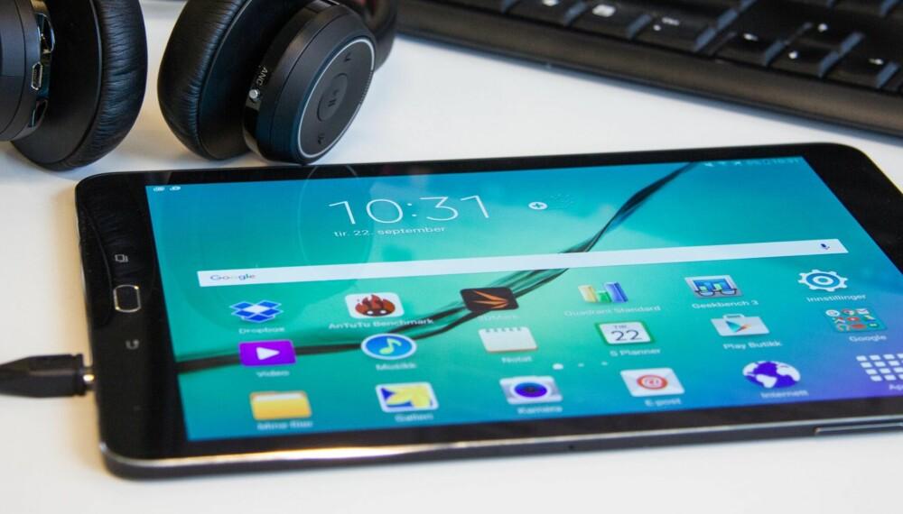 KOMPAKT: Den nye formatet på Galaxy Tab S2 bidrar til å gjøre nettbrettet lite og kompakt.