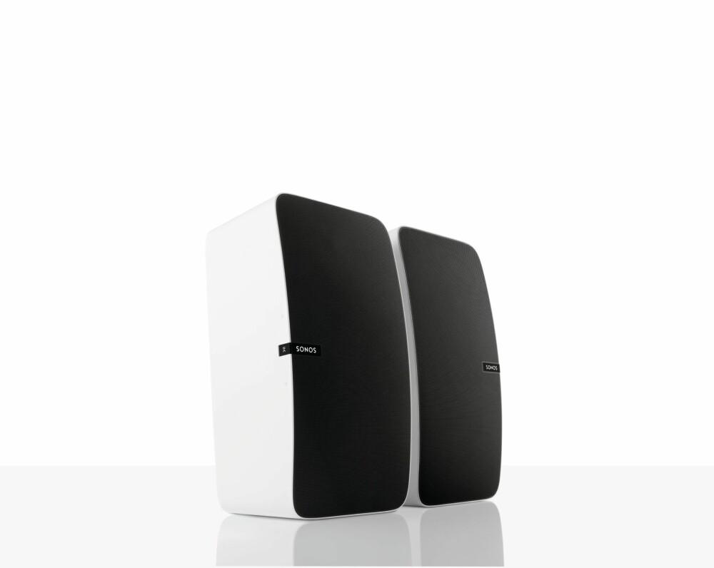 BREDT LYDBILDE: Sonos Play:5 kan brukes stående. Velger du å plassere Sonos-logoen på utsiden får du et bredere lydbilde enn om du snur høyttalerne slik at Sonos-logoen ender innover.