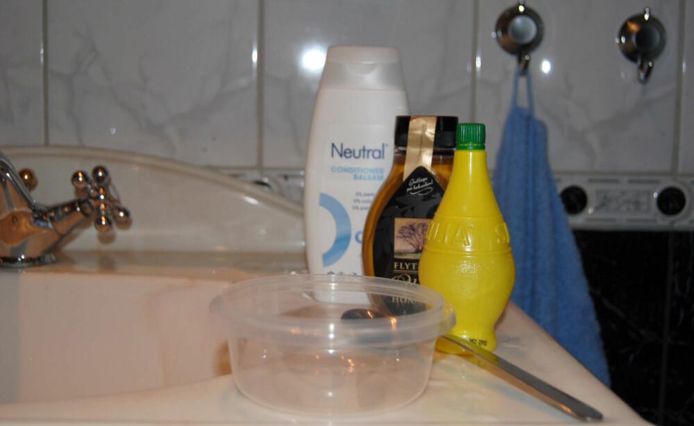 UTSTYR: Du trenger balsam, sitronsaft og honning til å blande i en boks med lokk.