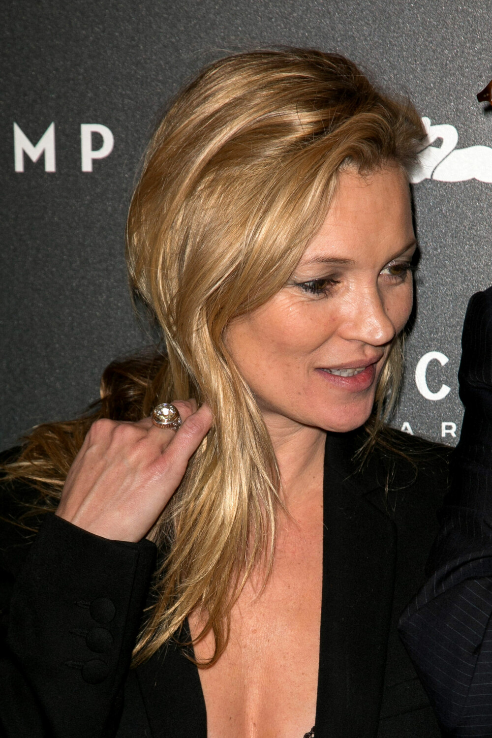 KONTRAST: Kate Moss er kjent for sin avslappede stil. Effortless hair kan være en fin kontrast til en ellers pyntet look. Foto: Getty Images
