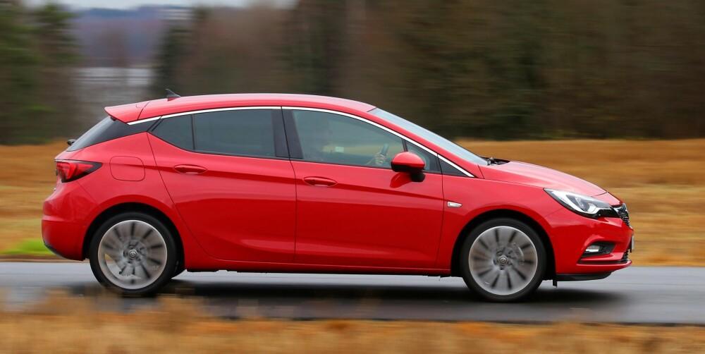 KJØREGLAD: I kompaktbilklassen er det mange velkjørende biler, og Opel Astra er definitivt en av dem.