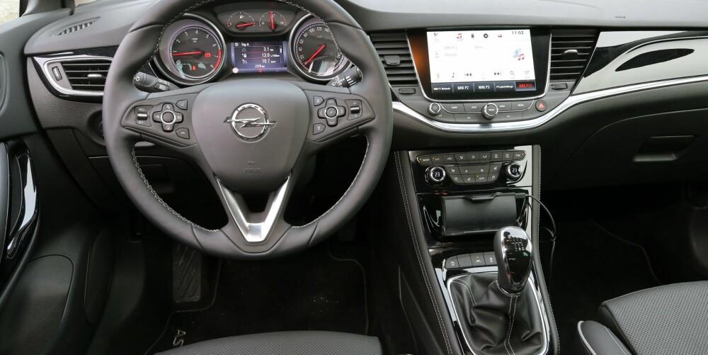 TASTEFJERNING: Opel Astra med utstyrsgrad Premium har et forseggjort interiør. Tidligere Opel-modeller hadde en tastevrimmel uten like, men det er nå ryddet godt opp i.