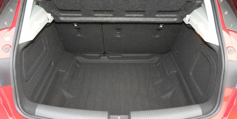 LØSGULV: Dobbelt bagasjeromsgulv er på moten blant kompaktbilene. Her er gulvplata fjernet, og da er bagasjerommet dypt og temmelig rommelig for bilklassen.