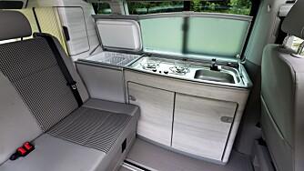 EFFEKTIVT: VW har presset inn fire seter og en minimal kokeplass.