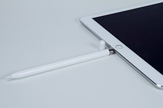 LADING: Apple Pencil lades ved å plugge den rett i Lightning-kontakten.