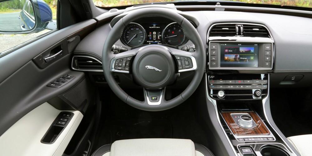 NESTEN: Kvalitetsfølelsen i interiøret skal være høy i en bil som skal konkurrere med de tyske statusmerkene. Jaguar XE er nesten der.
