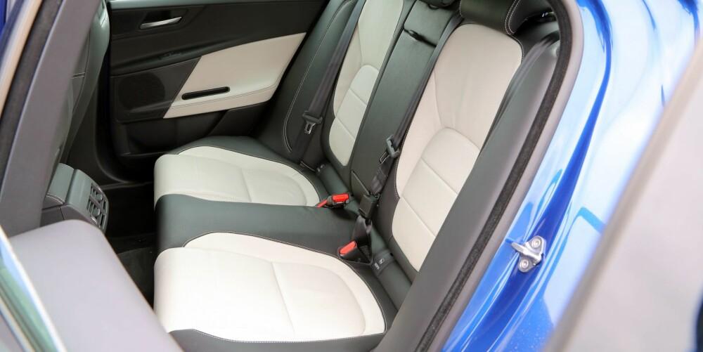 TOSOMHET: Jaguar XE har plassforhold som er omtrent som for bilene den skal konkurrere med. Baksetet er egentlig bare egnet for to.