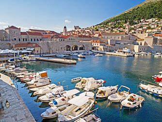 TRIVELIG: En rusletur langs havnen i den gamle delen av Dubrovnik gir deg ro i sjelen.