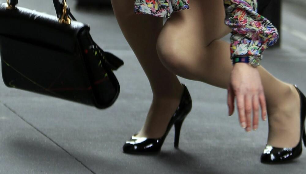 Å GÅ PÅ HØYE HÆLER: Høye hæler kan være en utfordring for mange en hel kveld, og man vil jo helst unngå knall og fall..? Heldigvis finnes det gode tips til hvordan du overlever!