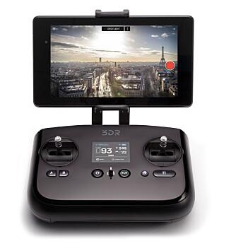 SPILLKONTROLLER: Håndkontrolleren til 3DR Solo er inspirert av spillkontrollere. Stikkene fungerer likevel slik de gjør på stort sett alt av RC-helikoptre. Dispalyet i midten gir blant annet informasjon om hvor mange satteliter dronen har kontakt med.