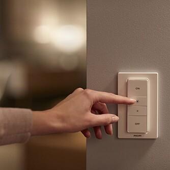 DIMMER: Den nye dimmebryteren til Philips, som klistres rett på veggen, er nok en måte å styre lyset på.
